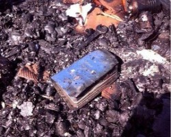 Bíblia é encontrada intacta em casa completamente destruída por incêndio em Santa Catarina